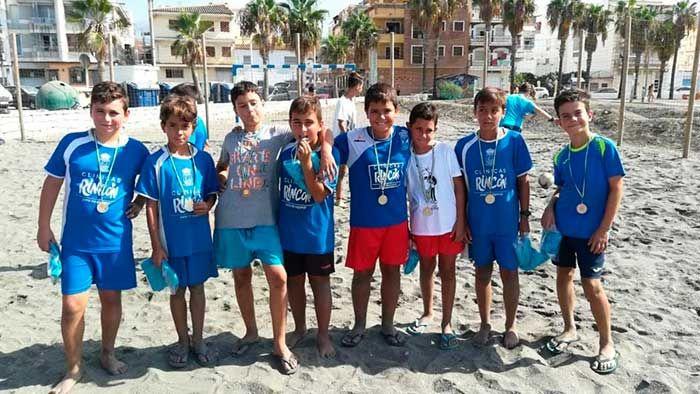 La Tenencia de Alcaldía de Caleta de Vélez organizó este fin de semana el II Torneo de Fútbol Playa, Ciudad de la Caleta. Jóvenes de diferentes categorías disfrutaron del fútbol playa, de sus goles, victorias, remates..y sobre todo de mucho compañerismo. Uno de esos equipos pertenecía a la A. D.   #deporte #futbol playa #noticias