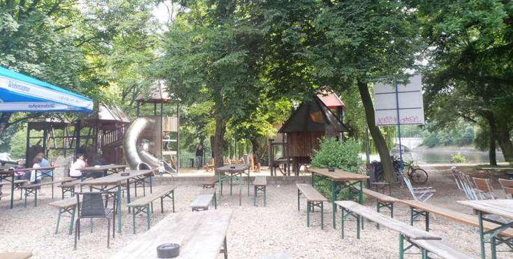 Kreuzberg: Jockels Biergarten neben einem Spielplatz mit Blick auf das Wasser.
