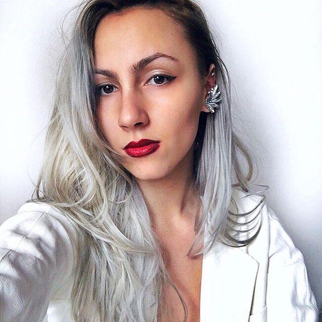 Why so serious ? 🔮 . . . . . .#white #grey #red #lipstick #lifestyle #lips #portrait #photooftheday #ootd #fashion #style #earrings #cercei #ruj #rosu #gri #fashionista #fashiongram #blogger #tan #bestoftheday #instadaily #instamood #instafashion #goodvibes #positivevibes #selfie