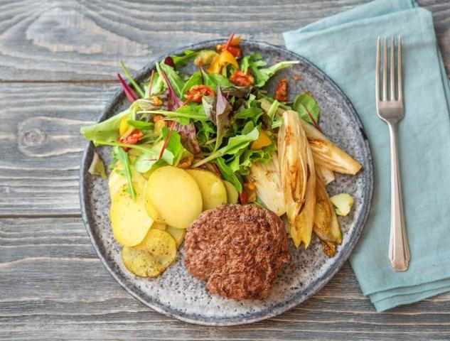 Rundertartaar met gekarameliseerde witlof en aardappelen