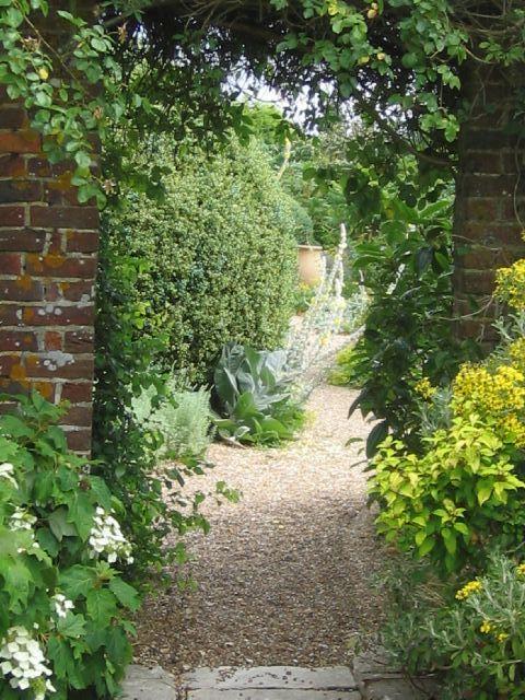 Jardins Denmans, projetado por John Brookes, e localizado em Fontwell, Arundel, condado de West Sussex, Inglaterra, Reino Unido. Os Jardins Denmans é dividido em diferentes áreas, com um jardim murado, um invulgar leito seco de um córrego com cascalho, além de gramados e flores silvestres.