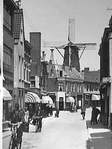 De wijk Klarendal in Arnhem. Klarendalseweg met zicht op molen De Kroon
