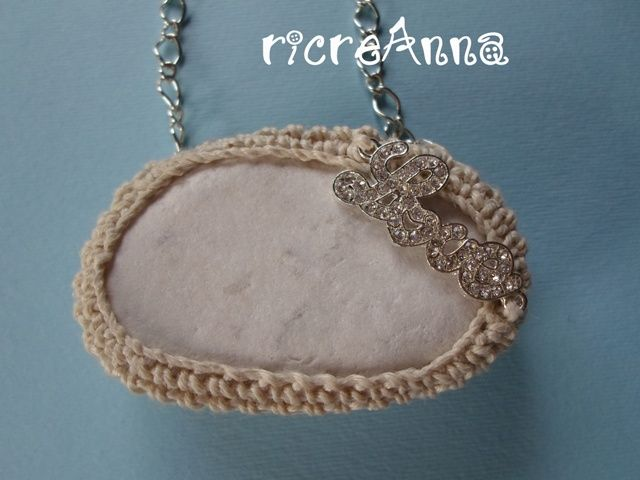 Collana sasso mare+ decorazione LOVE in strass + catenina in argento turco http://ricreanna.wordpress.com/2013/07/31/collane-sassi-e-charms/