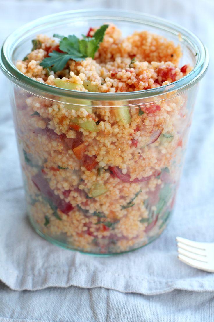 Couscous Salat mit Minze, Petersilie, Paprika, Radieschen, Alvar, gehackte, getrocknete Tomaten