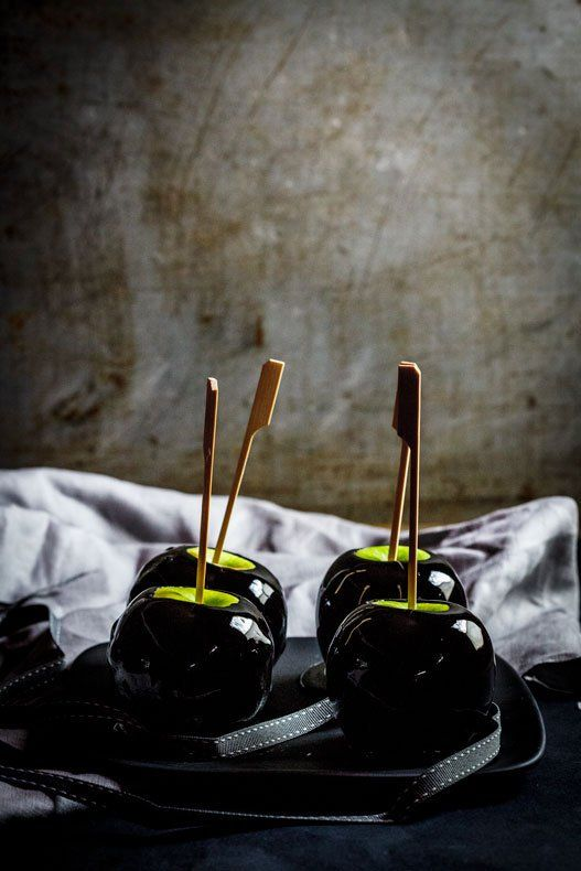«Ядовитые» яблоки в карамели на Хэллоуин