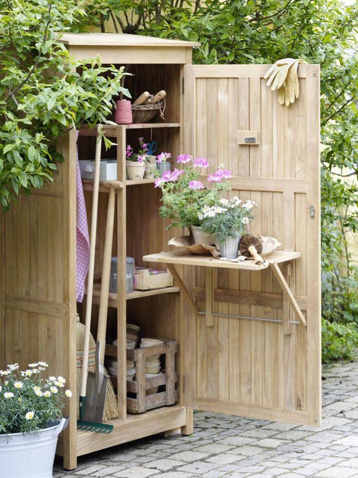 Handig zo'n compacte tuinkast voor je kleine stadstuin. Voor al je tuingereedschap en zelfs een tafeltje om snel even een plant te verpotten