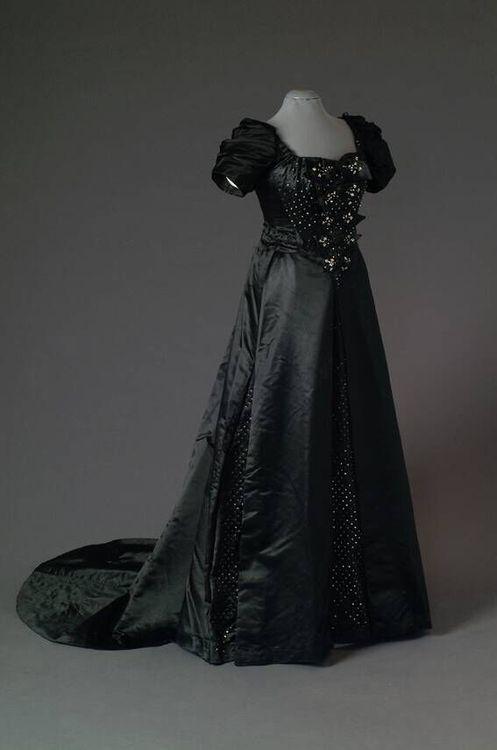 Evening dress, 1890-1900. Mode Museum.
