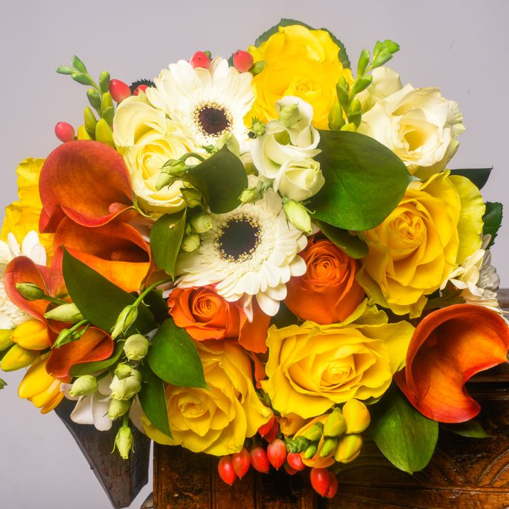 Buchet mixt de 5 trandafiri galbeni si 4 cale portocalii