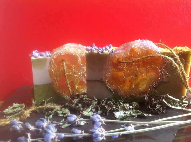 """loofah soap Мыло ручной работы """"Люффа в травах"""" Состав мыла: - Мыльная основа (Израиль) - Мацерат апельсиновой кожуры на масле виноградных косточек, масло зародышей пшеницы, кокосовое масло.  - Зеленая глина, молотая мята, измельченная цедра апельсина.  - Эфирные масла: лаванды, розмарина, мяты перечной.  - Люффа - 100% натуральное растительное волокно семейства тыквенных."""