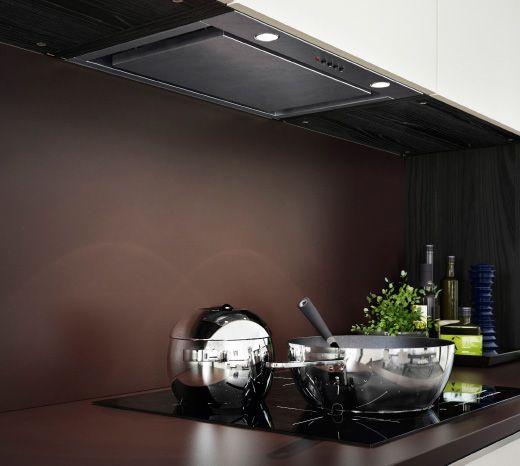 للحصول على شكل موحد في مطبخك، يمكنك إخفاء أنبوب شفاط الهواء باستخدام خزانة وباب ميتود لتناسب باقي ديكور مطبخك