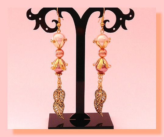 boucles d'oreille feuille doré or vieilli et perle nacre : Boucles d'oreille par chely-s-creation
