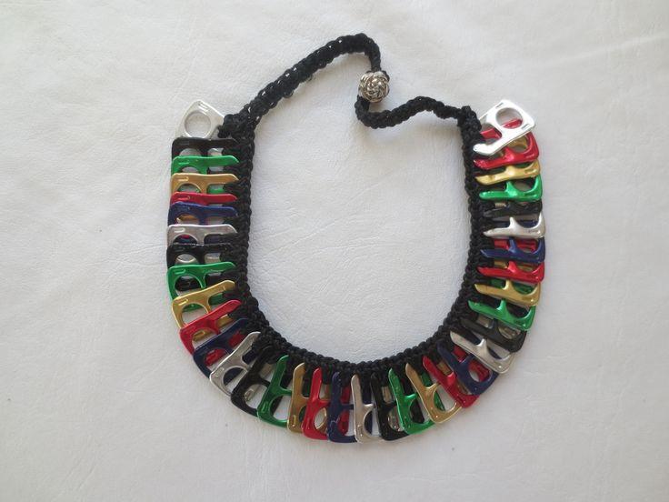 Collier en capsules de canettes recyclées crochetées multicolore.