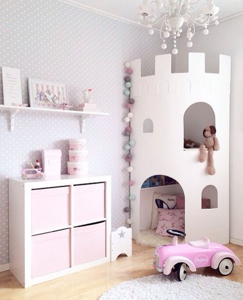 Pinkes kleines Mädchenzimmer mit einem Schlossturm zum Lesen und Aufbewahren