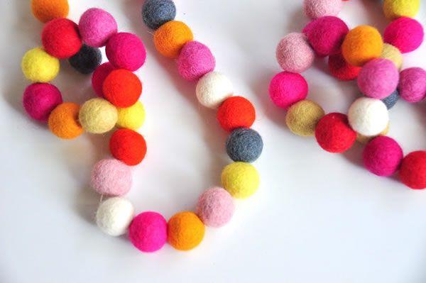 Con bolitas de fieltro de colores puedes hacer este collar y pulsera... fácil y rápido...