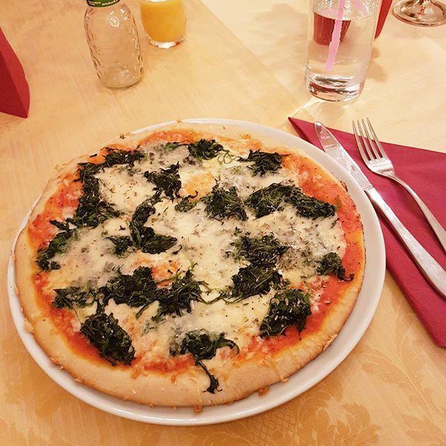 Mit den Mädels lecker essen 😊 bei mir gibts Spinat Gorgonzola Pizza 🍕 was steht bei euch heute Abend noch an und was ist eure liebste Pizza?😍 Ich bestelle mir immer was anderes, bin nicht der typische Salamipizza Esser 😅