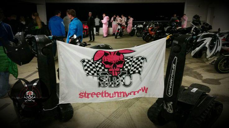 Streetbunnycrew – Rosa Hasenkostüm für soziales Engagement » Man hört den bulligen Sound eines V2 oder das Kreischen einer Four ...