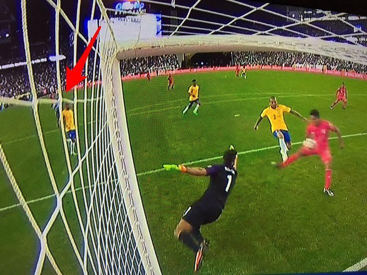BRASILE PERÙ 0-1 VIDEO. Quello che è successo al minuto 75 di gioco tra Brasile e Perù ha qualcosa dell'incredibile. Un fatto grave che rimane nella storia