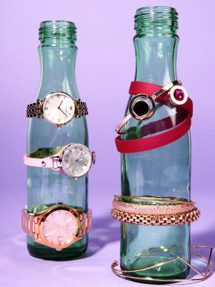 Mit diesen Aufbewahrungsideen könnt ihr euren Schmuck ganz einfach ordnen und vor einem Chaos bewahren. Flaschen sind zum Beispiel super für Uhren und Armbänder.