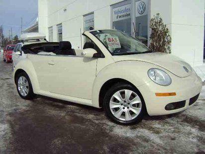Volks Beetle décapotable blanche... cheveux dans le vent et fleurs au miroir non-inclus