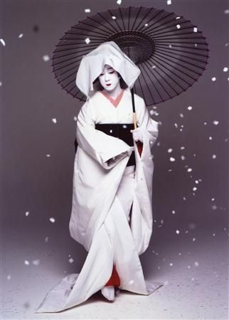 National Living Treasure of Japan, Bandō Tamasaburō V (b. 1950) is a Kabuki actor, and the most popular and celebrated onnagata (an actor specializing in female roles) currently on stage. 五代目 坂東玉三郎 人間国宝