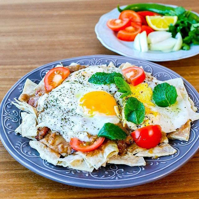 Helgbrunch på irakiskt vis med bagela bel dehen. Pitabröd med bondbönor och ägg som serveras med grönsaker bredvid och gärna med en kopp chai (te). Enkel att laga och riktigt gott. Recept finns på bloggen under kategorin IRAKISKT eller sök efter Bagela bel dehen i bloggens sökruta så hittar du recept ❤