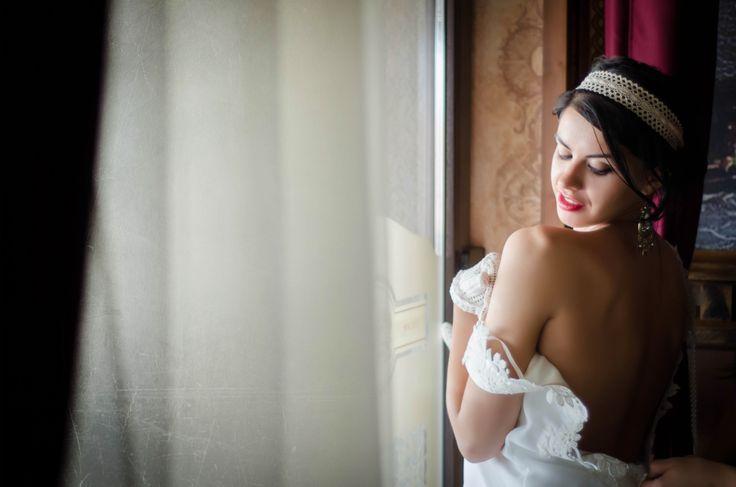 Intr-o imagine trebuie sa gasesti un pic de poezie. De fapt ce cautam intr-o imagine? Probabil acelasi lucru pe care il cautam si in viata, .... un pic de frumos, Portret de mireasa de la http://gabrielstroe.ro/  #wedding #portrait #bride #glamour