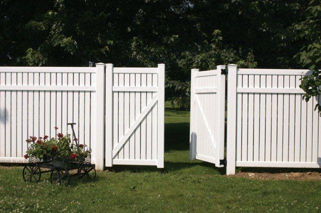 clôture PVC blanche d'aspect bois peint blanc