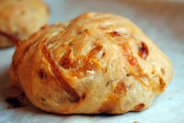 Αφράτο, ροδισμένο ψωμάκι απ' έξω και από μέσα κρεμμύδι καραμελωμένο που ευωδιάζει σκόρδο και δεντρολίβανο. Το κρεμμυδόψωμο έχει γίνει η υπ' αριθμόν ένα εβδομαδιαία συνήθεια του σπιτιού από τότε που κατέληξα σε αυτή την εύκολη συνταγή - ό,τι σχήμα και να του δώσω σπάνια περισσεύει ψίχουλο.