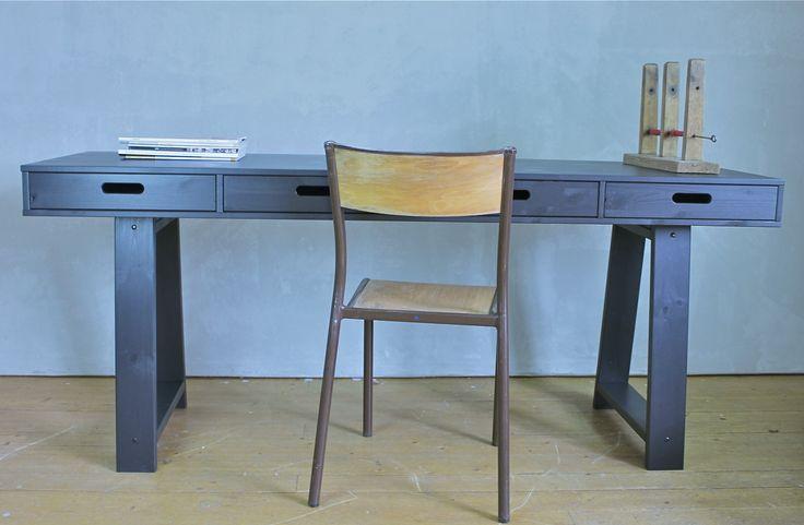 Detta sidobord / bord är tillverkat av massiv furu.Lådorna har ett öppet handtag eller knapp som ingår.Strukturen i träet är synlig genom färgen.Mått: L 178cm B