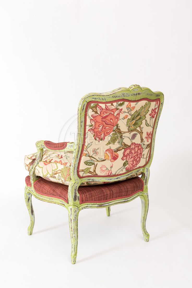 En el reinado de Luis XV surge en Francia el estilo rococó. Se ponen de moda los muebles de maderas enchapadas en colores claros y pintados con motivos florales así como líneas sinuosas. El estilo de vida del monarca se traduce en decoraciones hermosas y llenas de lujo.  Material: Madera pintada en verde, desgastada. Tela de algodón. Medidas: Alto: 94 cm Ancho: 68 cm Fondo: 60 cm