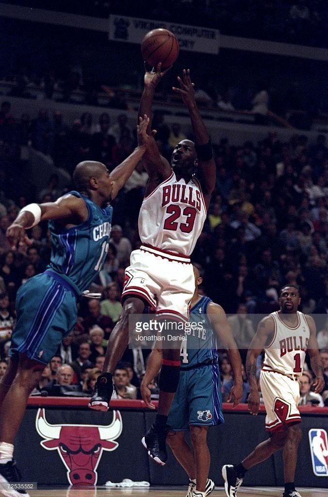 Fotografía de noticias : Michael Jordan of the Chicago Bulls shoots over...