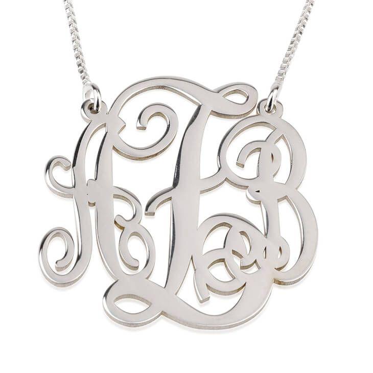 Personnalisez avec les initiales de votre choix ce ravissant collier Monogramme trait d'union en argent sterling. Livraison gratuite partout dans le monde!