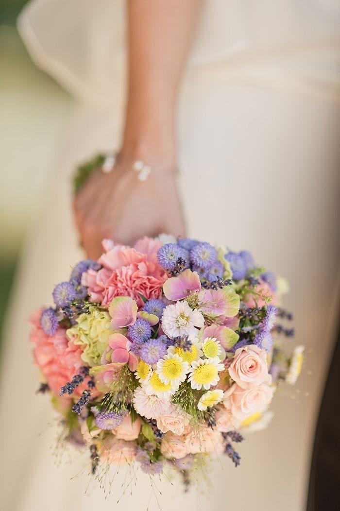 Ein wunderschöner, zarter Brautsrauß in wundervollen Frühlingsfarben! Zarte Rosa- Hellblau-,Lila und Grüntöne mit weiß und gelb geischt !    Die Hochzeit von Sonja und Christopher | Friedatheres.com
