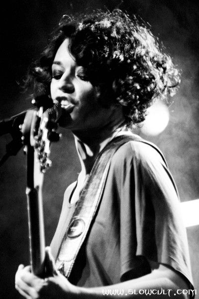 """Carmen Consoli (1974-) è una cantautrice nata in Sicilia. Ha i capelli corti e ricci. Lei ha quarant'anni e canta musica rock e folk. Mi piace la sua canzone """"Non molto lontano da qui"""" perchè lei ha una voce interessante."""