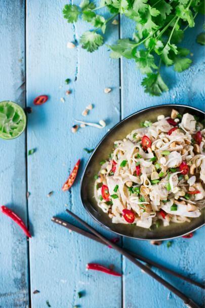 Pad Thai, paistetut nuudelit ja kanaa, on yksi Thaimaan kansallisruoista. Pad Thai valmistuu broilerin sijaan myös katka- tai jättikatkaravuista.