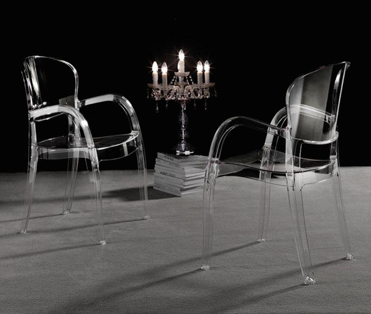 Sedia moderna di design impilabile molto leggera, disponibile nella colorazione trasparente o coprente lucido Ideale per arredare ambienti moderni come cucine, sale da pranzo e ristoranti è caratterizzata da braccioli che la distinguono dalle altre sedie