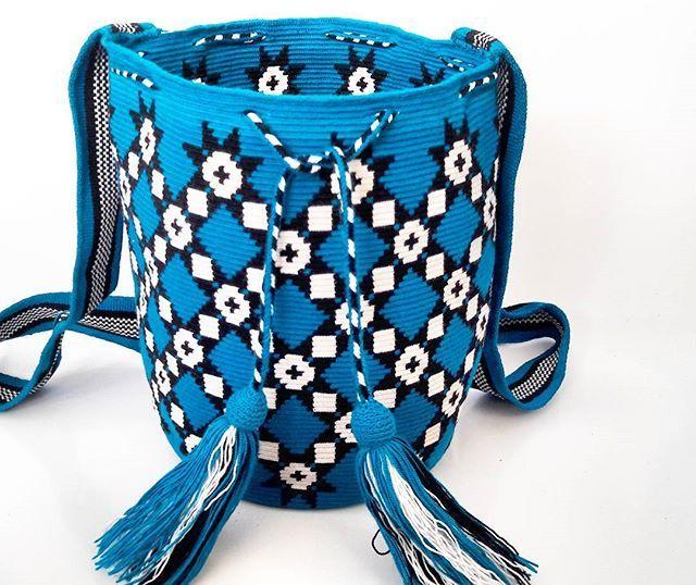 Hermosa mochila Wayuu en tono azul diseño geometrico tradicional.  #wayuu #wayuubags #ethnicalfashion #colombia #maicao #hechoencolombia #hanmade #hippiestyle #outfit #outfits #trends #culture #tradition #southamerica #korea #japan #uk #london #bohochic #bogota #cali #medellin #barranquilla #tokio #fblogger #geometric #indigenousart