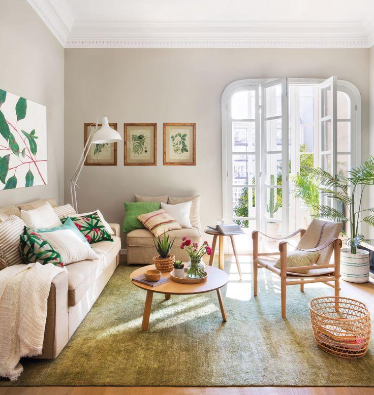 salon de un piso pequeño con decoracion primaveral en verde y beige y laminas de plantas