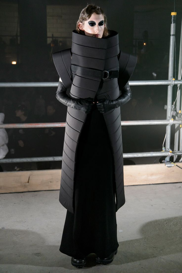 See the complete Gareth Pugh Fall 2017 Ready-to-Wear collection.