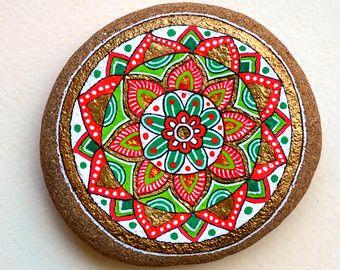 Mano pintada piedra Mandala con los colores de la Navidad