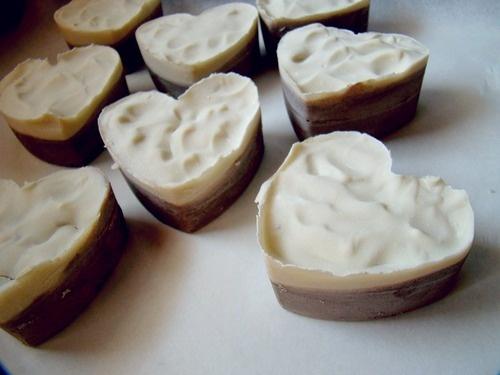 Lavender Heart - Sapone Bicolore alla lavanda.  to buy: http://blomming.com/mm/Aromantiche/items/lavender-heart-sapone-bicolore-alla-lavanda?view_type=thumbnail