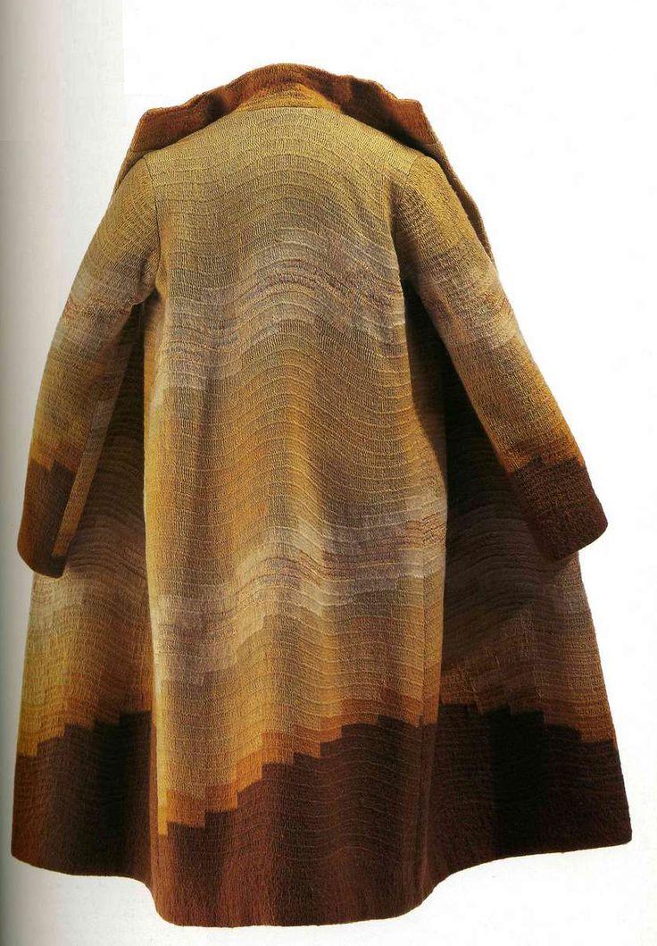Пальто. Соня Делоне, около 1925. Коричневая шерсть с вышивкой пряжей и шелком, узор в виде волн с постепенным переходом тонов.