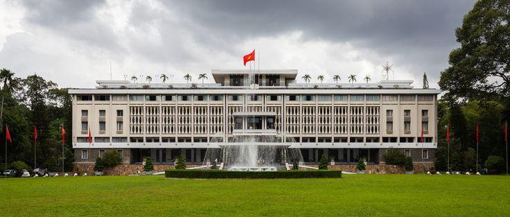Yeniden Birleşme Sarayı, eski adıylaBağımsızlık Sarayı, Vietnam'ın Ho Şi Min Kentindedört katlı bir saray... 30 Nisan 1975 tarihinde, Saygon'un düşüşüsırasında bir Kuzey Vietnam tankının kapısından girmesiyle Vietnam Savaşı'nın bittiği yer olmuş ve bu sebeple şu anda da önemli bir bina. Binanın  gökyüzüyle buluştuğu yeri  her insan muhakkak kendi gözleriyle görmeli.
