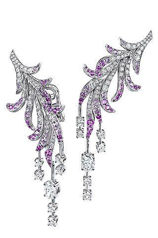"""Pendientes """"Plumes"""" de zafiros rosas y diamantes en forma de racimo."""