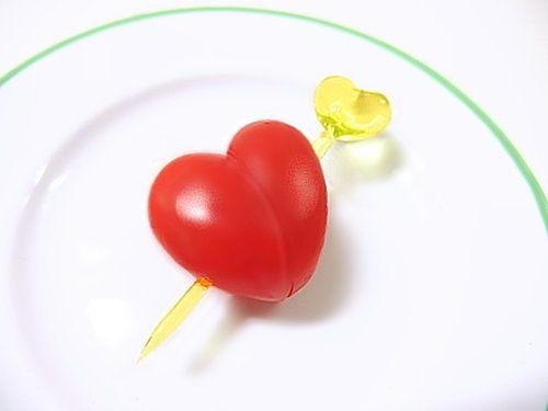 スーパーで楕円形のトマトを見かけたら、ぜひ試してほしい切り方です。お弁当に入れたり、サラダに添えたりするだけで、かわいさ大幅アップ!キュービッドの矢に射られたハートが一瞬で恋に落ちるように、大好きな人...