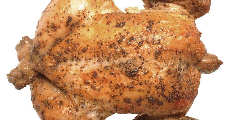 Cómo cocinar muslos y piernas de pollo. Hay varias formas diferentes de cocinar muslos y piernas de pollo, pero tres de las más rápidas y fáciles son al horno, hervidos y fritos. Cada uno de estos métodos darán como resultado un pollo simple que puede usarse en cualquier receta que desees. Hornear el pollo hará que este quede suavemente tostado y jugoso. El pollo hervido es perfecto ...