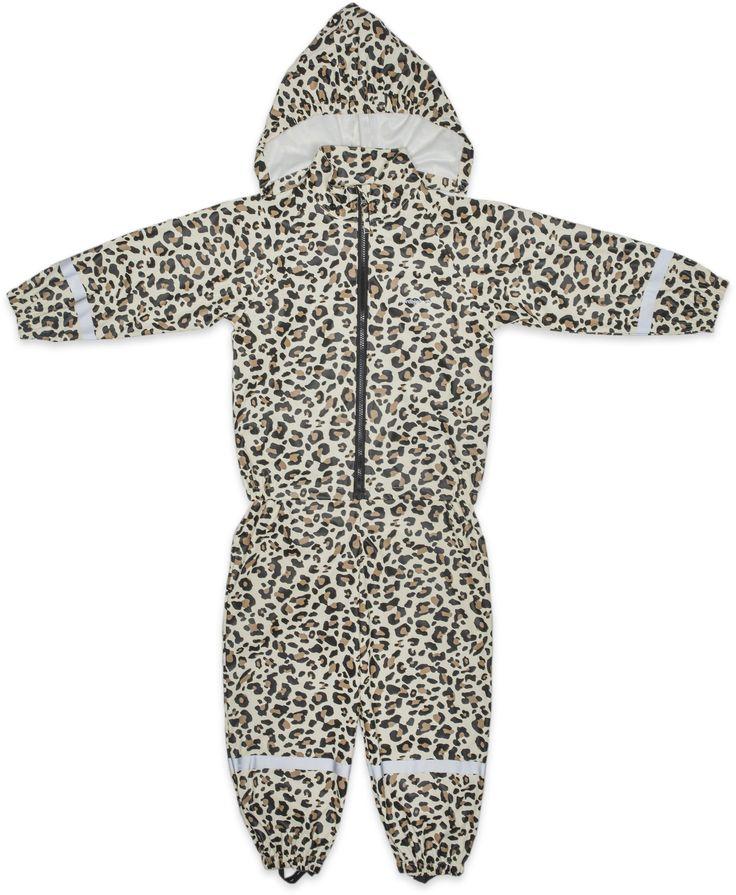 Käytännöllinen leopardikuvioinen sadeasu, jossa on sadehousut sekä takki. Sadetakissa on vetoketju edessä, irroitettava huppu neppareilla sekä resorit hihansuissa. Sadehousuissa on säädettävät henkselit sekä nepparit vyötäröllä, jotta housut istuisivat mahdollisimman hyvin. Sadehousujen lahkeissa on resorit sekä joustavat jalkalenkit. Sadeasun hihoissa sekä lahkeissa on heijastinnauhat. Sekä housuissa että takissa on nimilappu, johon voi kirjoittaa lapsen nimen sadavaatteiden…