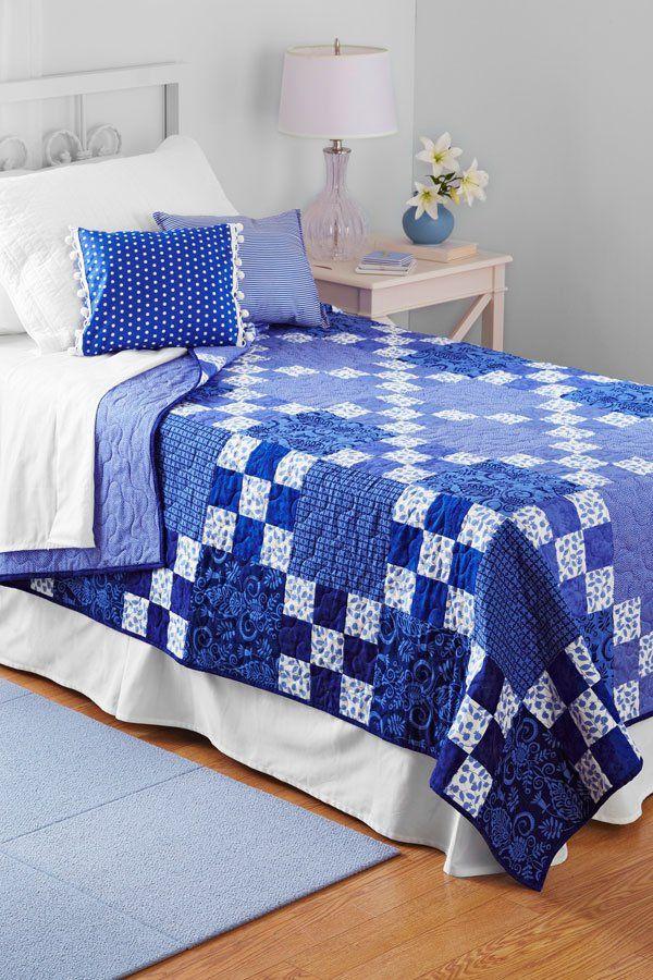 http://artesanatobrasil.net/patchwork-para-iniciantes/ - colcha de patchwork blocos azuis
