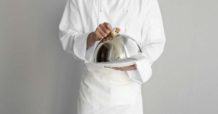 Roupas de cozinheiro. Se você deseja se tornar um cozinheiro profissional, é preciso aprender o ofício, bem como saber como se vestir. A vestimenta dos chefs não são apenas uma questão de moda. Em vez disso, o uniforme é projetado para ser funcional. A roupa de um cozinheiro pode variar um pouco dependendo do local de trabalho, no entanto, ela contribuirá para a ...