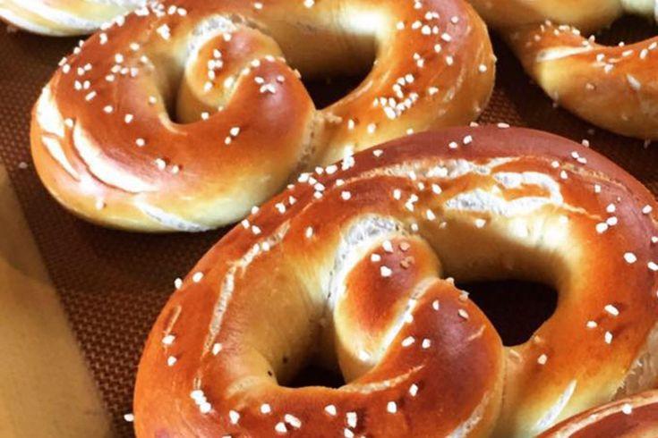 Pretzel ακούτε και pretzel δε βρίσκετε; Ε σας έχουμε μια πολύ ωραία συνταγή για να φτιάξετε μόνοι σας τα δικά σας σπιτικά και αφράτα pretzel. Εκτέλεση Στον κάδο του μίξερ διαλύετε στο ζεστό νερό τη ζάχαρη και τη μαγιά. Ανακατεύετε κι αφήνω 5′ να αρχίσει να γίνεται αφρός. Κοσκινίζετε στον κάδο το αλεύρι, το αλάτι, …